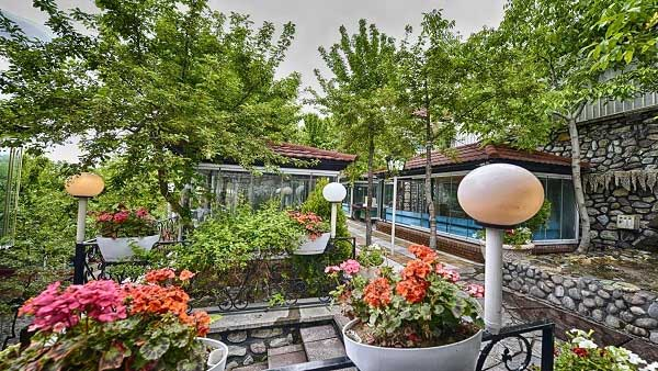 فضای داخلی رستوران باغ بهشت