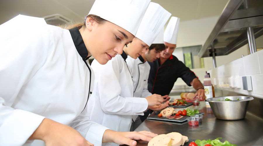 انتخاب بهترین سرآشپز برای رستوران و یا فست فود